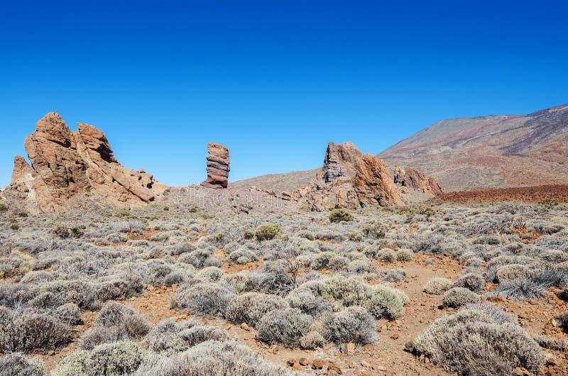 Otoczenia wulkan Teide z wzmacniającym lawowej i Rockowej formaci Roque Cinchado ` palcem bóg ` wyspa kanaryjska Tenerife zdjęcia royalty free