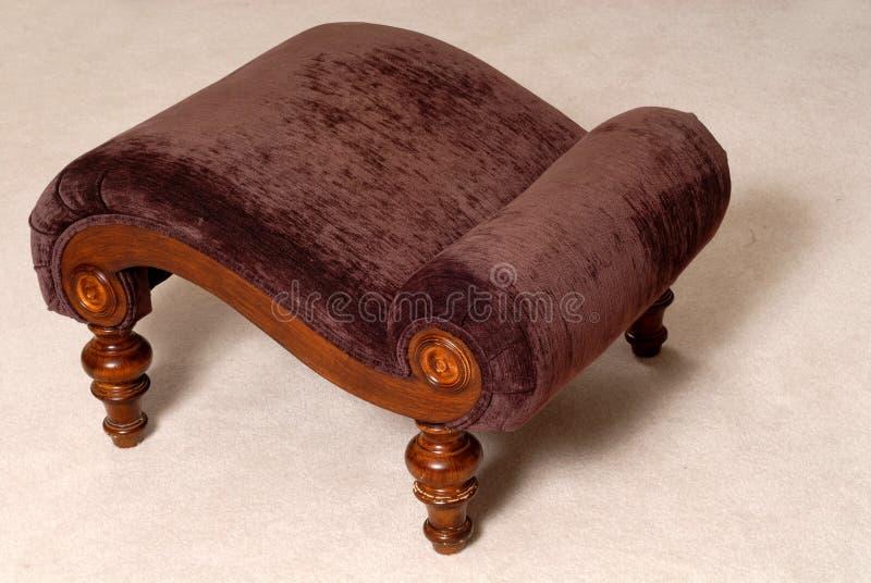 Otomano marrón elegante en una sala de estar imagen de archivo libre de regalías