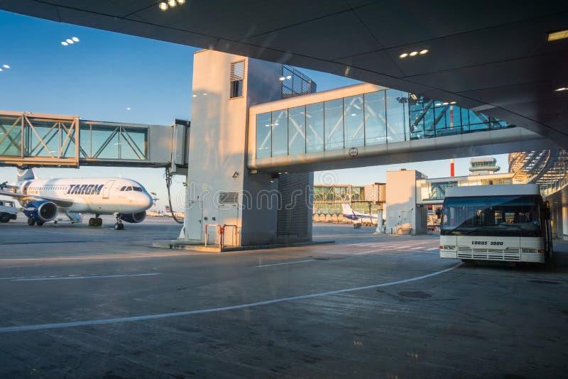 Otopeni internationell flygplats som servar Bucharest royaltyfria foton