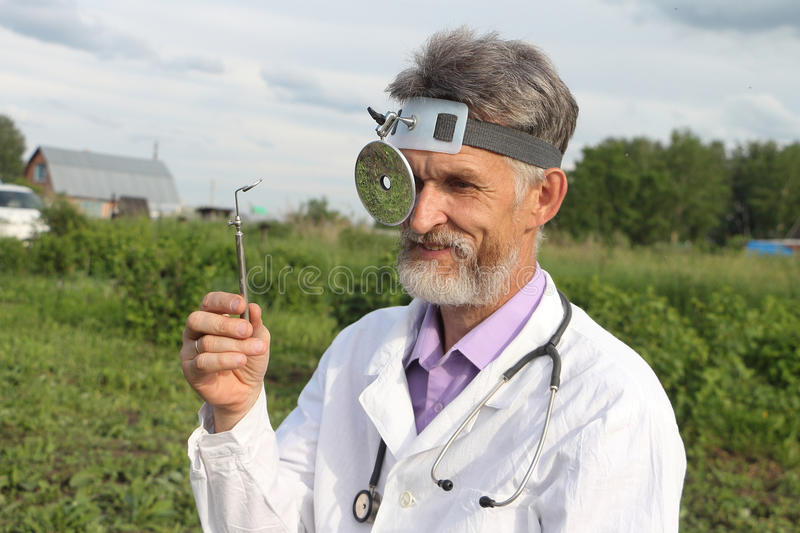Otorrinolaringólogo del doctor en zonas rurales imágenes de archivo libres de regalías