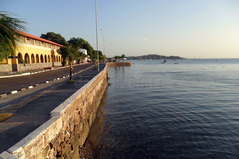 Otra vista de la avenida Situado 25 de octubre en Itaparica, Bahía, el Brasil foto de archivo libre de regalías