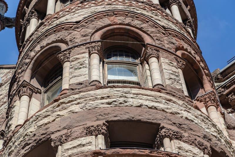 Otra vista de una sección de una de las torres con el Palacio de Justicia viejo del diseño adornado Toronto Ontario Canadá imagen de archivo