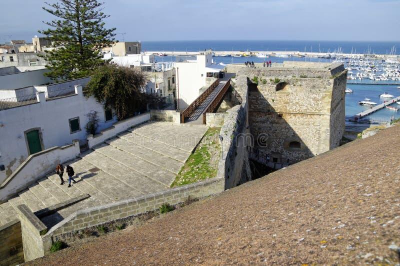 OTRANTO, APULIA WŁOCHY, MARZEC, - 30, 2018: Cudowny pejzaż miejski Otranto miasto od ścian Średniowieczny Aragonese kasztel wewną zdjęcia stock