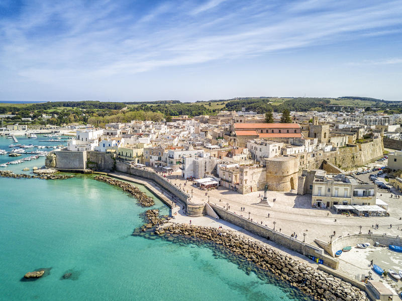 Otranto con el castillo de Aragonese, Apulia, Italia fotos de archivo