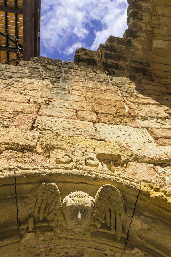 Otranto: detalj av väggarna för forntida stad som visar en bevingad kerub; Otranto är en av de mest besökte touristic destination arkivbilder