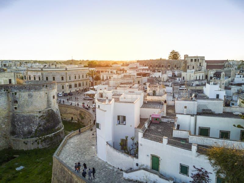 Otranto med den Aragonese slotten, Apulia, Italien royaltyfri fotografi