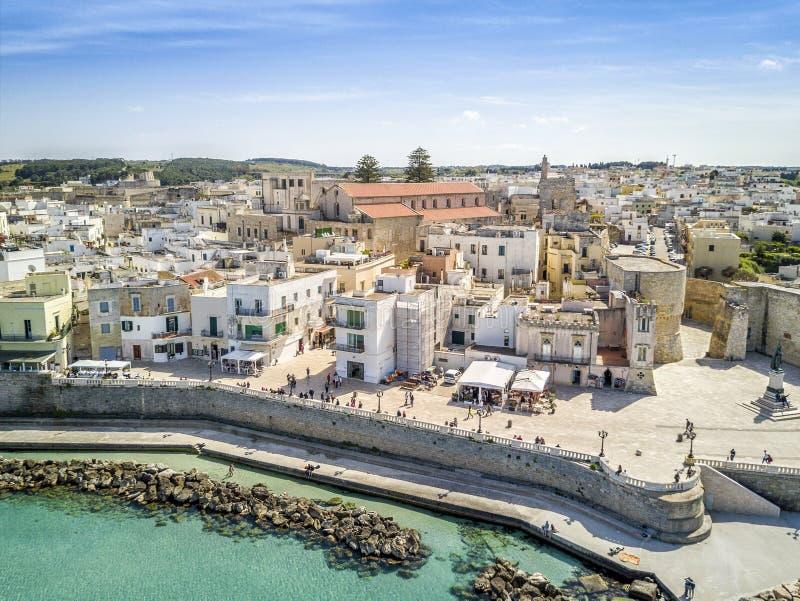 Otranto med den Aragonese slotten, Apulia, Italien royaltyfri foto