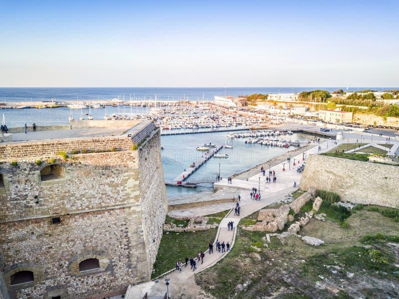 Otranto med den Aragonese slotten, Apulia, Italien royaltyfri bild