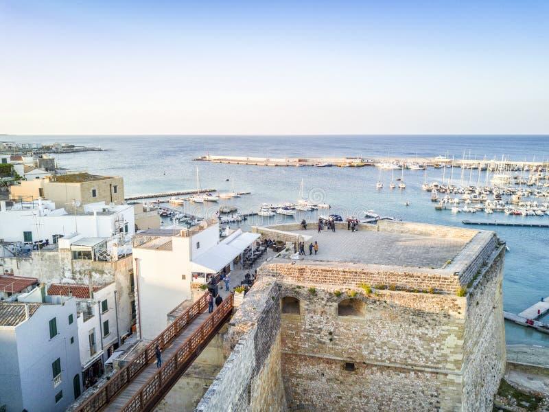Otranto med den Aragonese slotten, Apulia, Italien arkivfoton