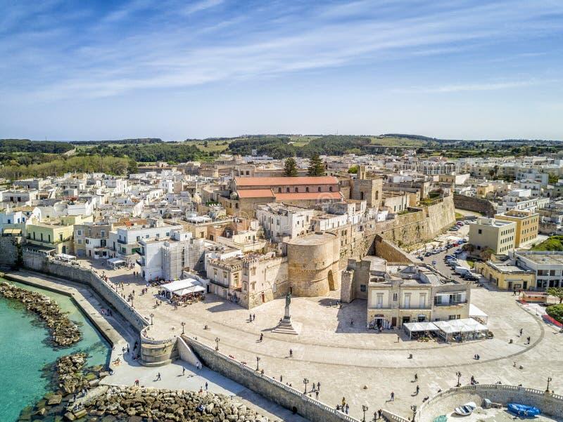 Otranto med den historiska Aragonese slotten i centret, Italien arkivfoton