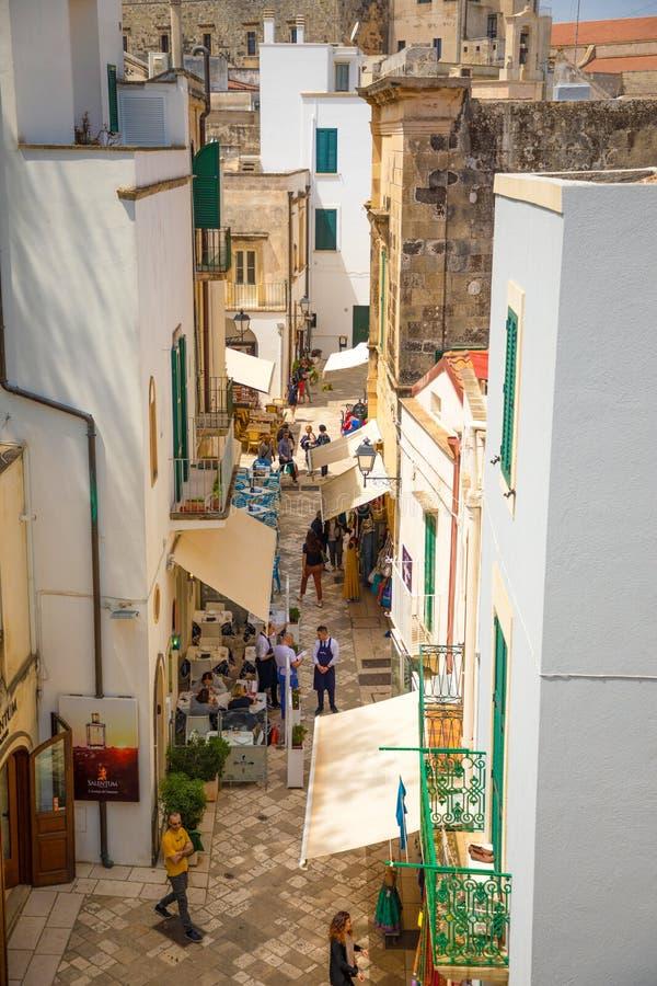 Otranto, Włochy - 6 05 2018: Ludzie na Wąskich ulicach stary miasteczko w Otranto, Małe typowe aleje, Włochy zdjęcie stock