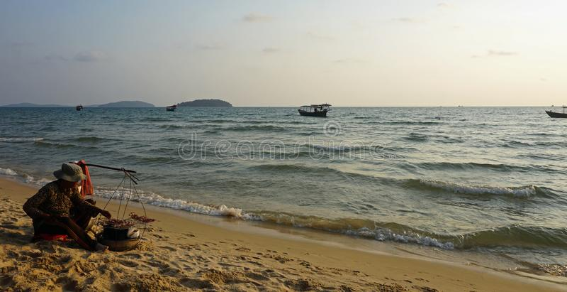 Otres, Καμπότζη το Μάρτιο του 2018: τοπική γυναίκα που προετοιμάζει τα φρέσκα ψάρια στην παραλία στοκ φωτογραφίες με δικαίωμα ελεύθερης χρήσης