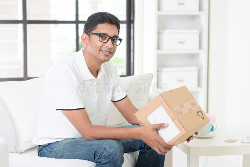 Otrzymywający kuriera pudełko obrazy stock