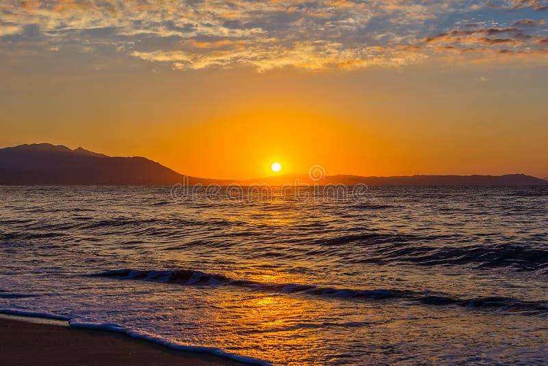 Otta, dramatisk soluppgång över havet och berg Fotograferat i Asprovalta, Grekland royaltyfria foton