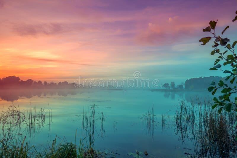 Otta gryning över sjön fotografering för bildbyråer