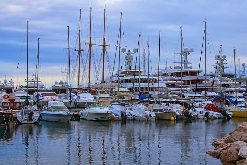 Otta i port av Monaco Rader av lyxiga yachter och olika fartyg som f?rt?jas p? pir Landskapsikt av port i Monaco royaltyfri bild