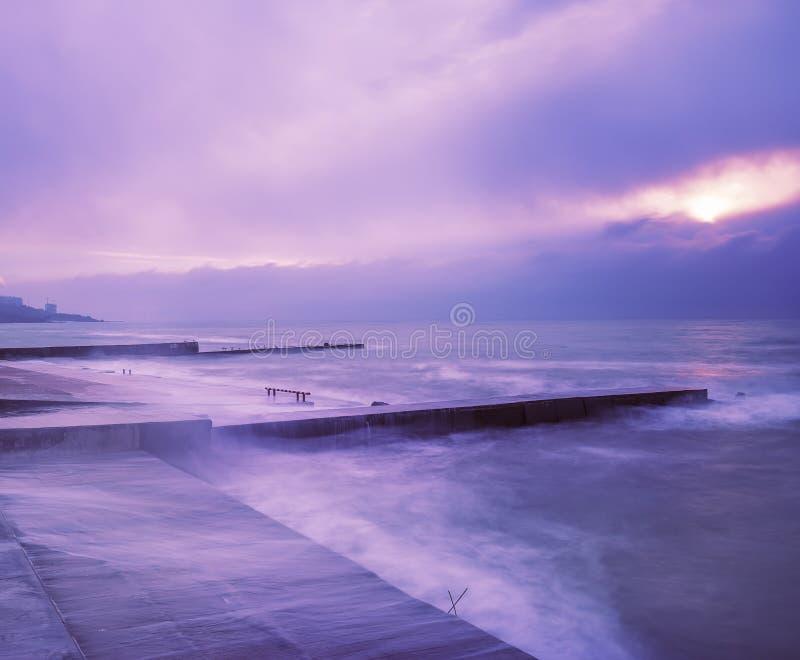 Otta på kusten Stenpir och kust, lång exponering fotografering för bildbyråer