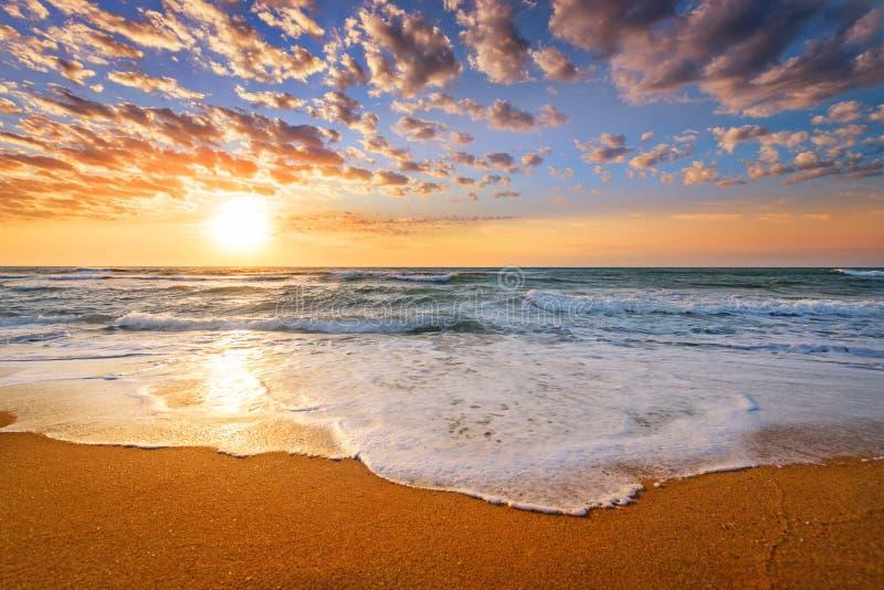 Otta soluppgång över havet guld- sands royaltyfria foton