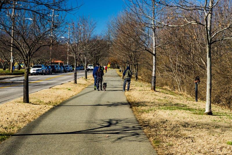 Ottahundfotgängare, löpare och Joggers på den Roanoke flodgreenwayen royaltyfria foton