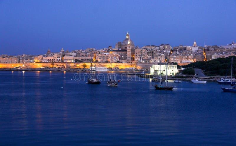 Ottaljus av Valletta den storslagna hamnen från Sliema royaltyfria bilder