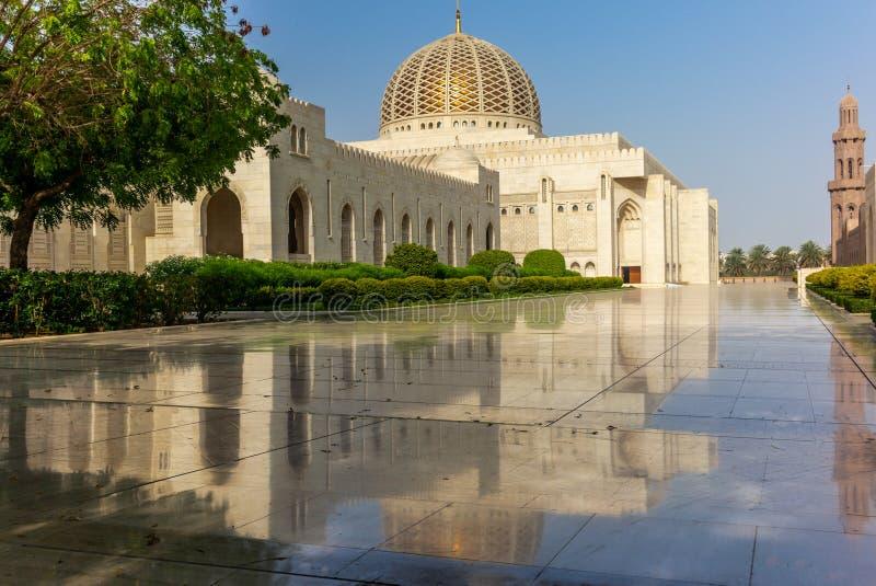 Ottareflexioner av Muscat den storslagna moskén - 1 royaltyfria bilder