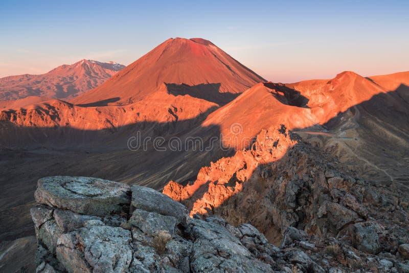 Ottasoluppg?ng, landskaplandskap av den bl?a sj?n, l?sa berg och enorm vulkan, h?stf?rger och guld- solstr?lar royaltyfri fotografi