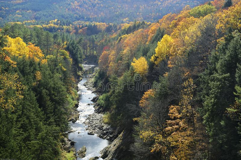Ottauquechee河在秋天穿过Quechee峡谷 免版税库存图片