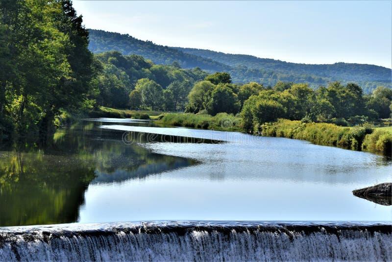 Ottauquechee河和水坝, Quechee村庄,哈特福德,温莎县,佛蒙特,美国镇  库存照片