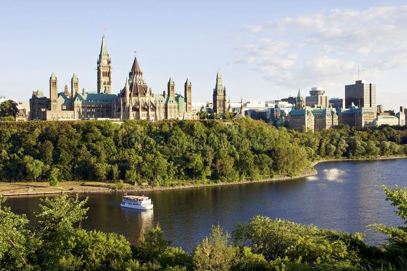 Ottawa - de Heuvel van het Parlement en de Rivier van Ottawa stock fotografie