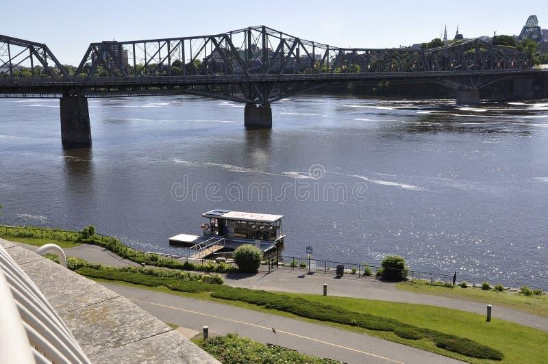 Ottawa, il 26 giugno: Paesaggio e Alexandra Bridge della sponda del fiume di Ottawa da Gatineau nella provincia di Ontario fotografia stock libera da diritti