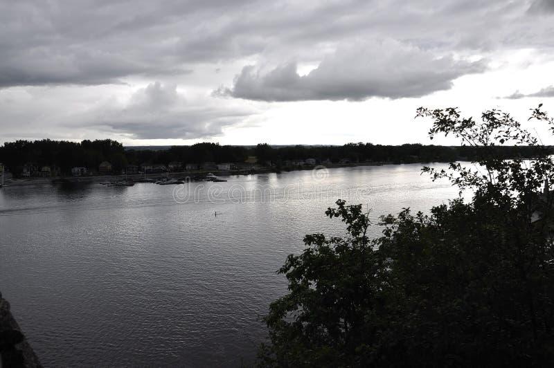 Ottawa, il 26 giugno: Paesaggio scuro della sponda del fiume di Ottawa da Gatineau nella provincia di Ontario fotografia stock libera da diritti
