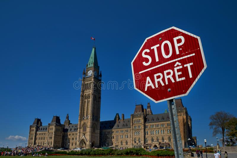 Ottawa, Ontario, Canada le 18 septembre 2018 : Plan rapproché d'un signe anglais et français rouge et blanc, bilingue d'arrêt con images libres de droits