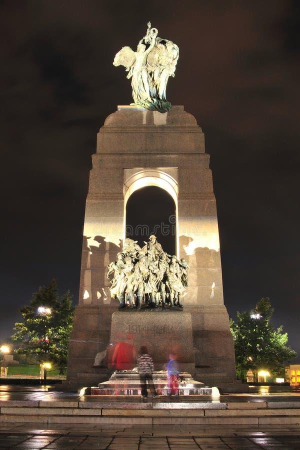 Ottawa - protetores no memorial nacional da guerra na noite fotografia de stock