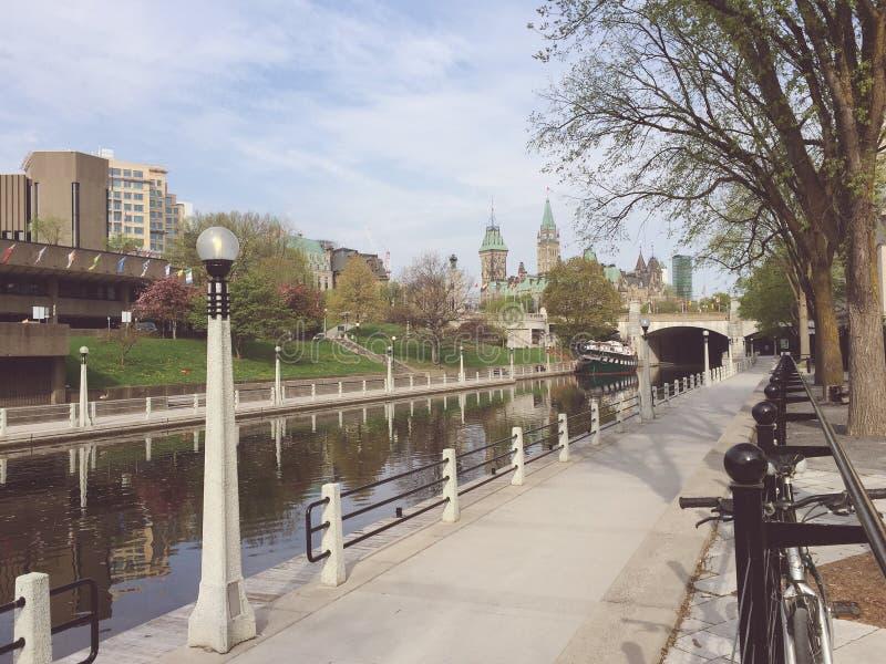Ottawa Rideau kanal och Kanada parlament på en vårmorgon fotografering för bildbyråer