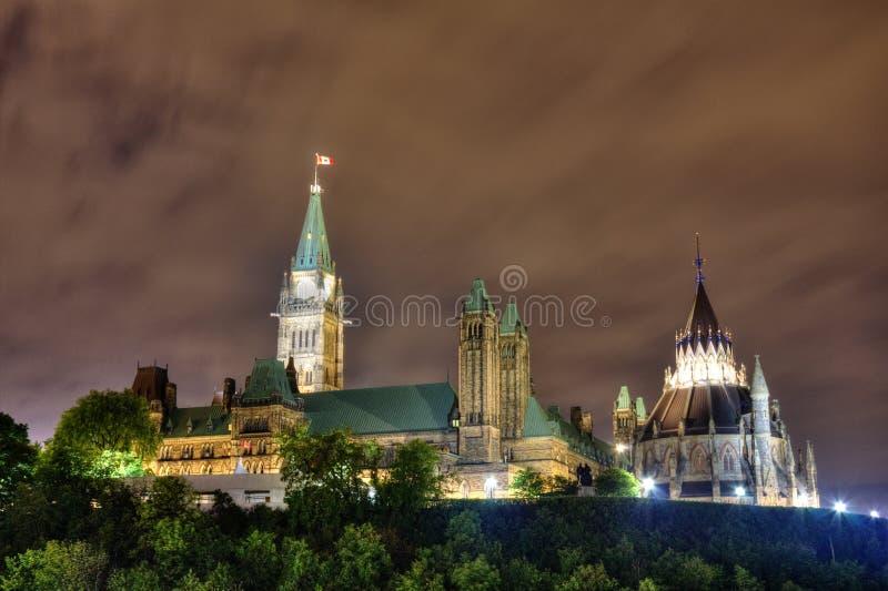 Ottawa vid natt fotografering för bildbyråer