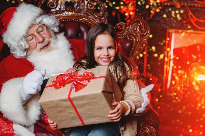 Ottenendo presente da Santa fotografia stock