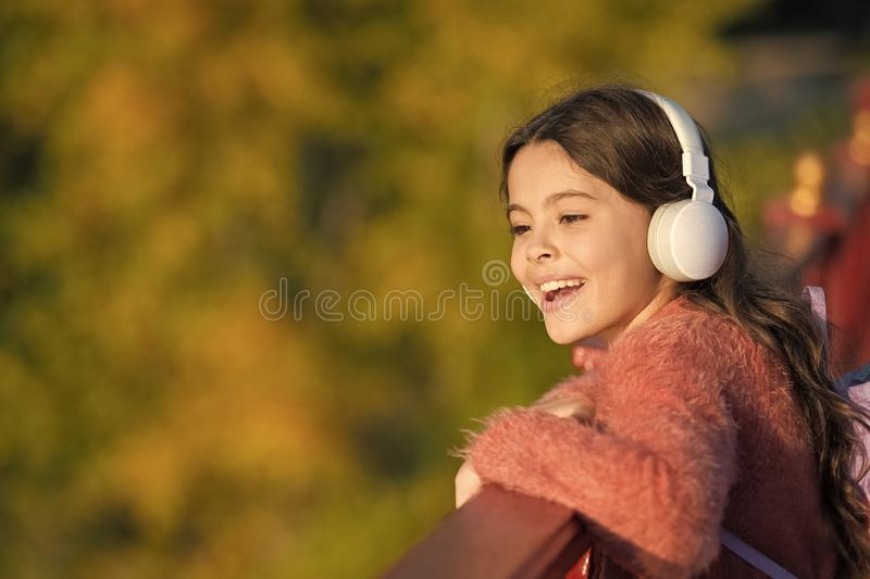 Ottenga felice Le cuffie moderne della ragazza godono di di rilassarsi Consideri il lato positivo Segreti ad allevare bambino fel immagini stock