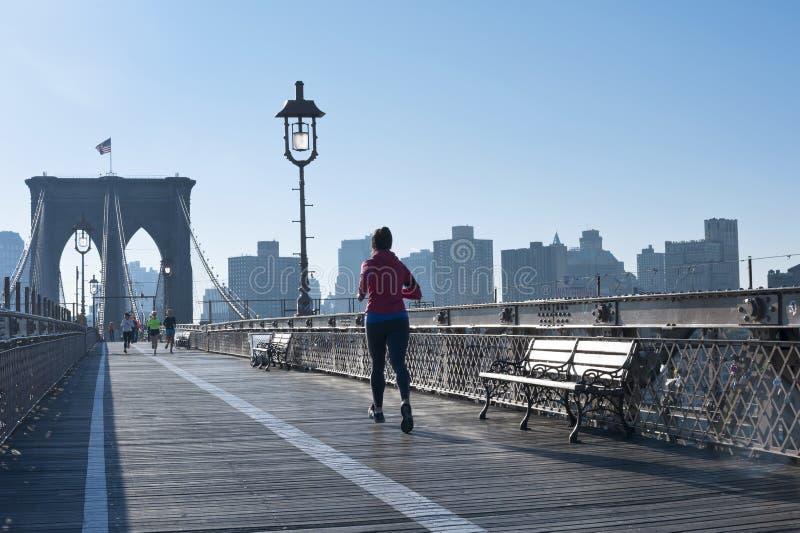 Ottenga la misura sul ponte di Brooklyn fotografia stock libera da diritti