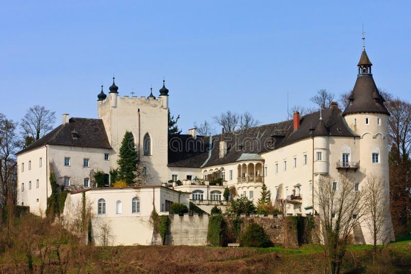 Ottensheim Schloss auf dem Donau-Fluss lizenzfreies stockbild