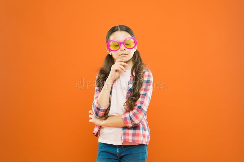 Ottica e vista Vista felice del bambino buona Accessorio di estate Vista e salute dell'occhio Migliori la vista Usura della ragaz fotografie stock
