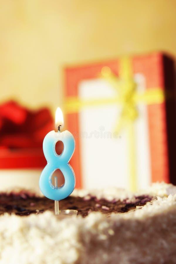 Otto anni Torta di compleanno con la candela burning immagine stock
