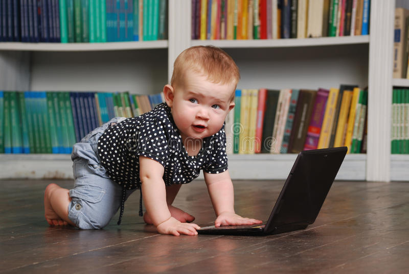 Otto mesi del bambino del todler che gioca con il pc della compressa sul pavimento immagine stock libera da diritti