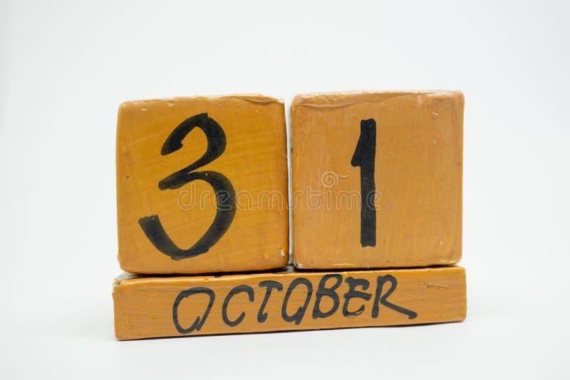 31 ottobre giorno 31 del mese, calendario di legno fatto a mano isolato su fondo bianco mese di autunno, giorno del concetto di a immagine stock