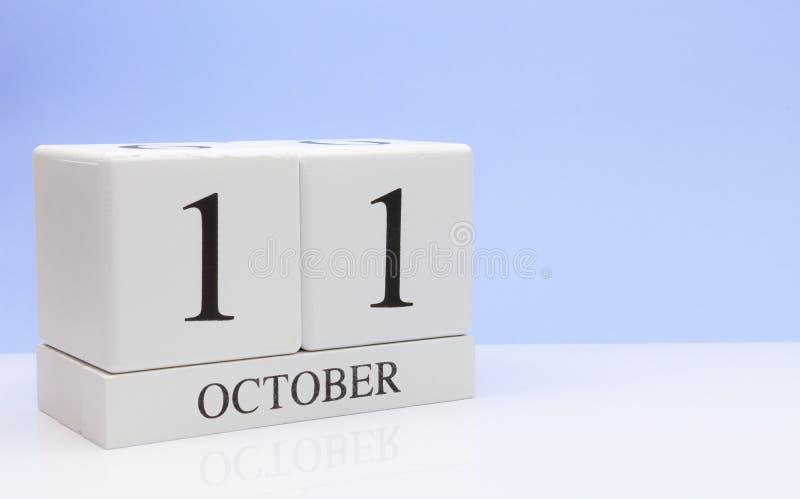 11 ottobre giorno 11 del mese, calendario quotidiano sulla tavola bianca con la riflessione, con fondo blu-chiaro Tempo di autunn immagine stock libera da diritti