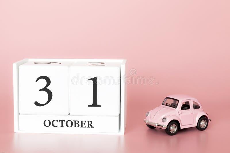 31 ottobre giorno 31 del mese Cubo del calendario su fondo rosa moderno con l'automobile fotografia stock