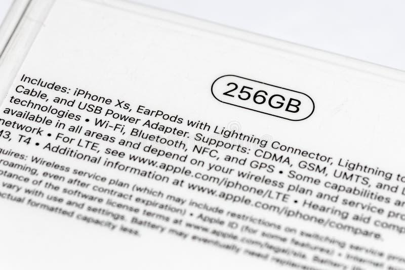 12 ottobre 2018 - Kiev, Ucraina: Ultimo Iphone XS in scatola non aperta sulla tavola bianca Modello del bestseller 256gb Iphone P fotografie stock libere da diritti