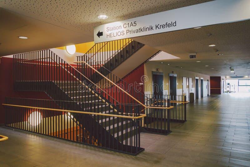 Ottobre 2018 La Germania Helios Klinikum Krefeld Interno interno dell'ospedale Corridoi abbandonati spaziosi della stazione, pavi fotografia stock libera da diritti
