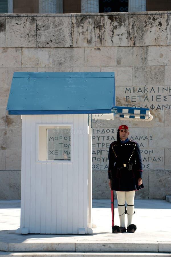 17 ottobre 2017 - le guardie presidenziali di Evzones alla costruzione greca del Parlamento davanti al sintagma quadrano a Atene, immagini stock
