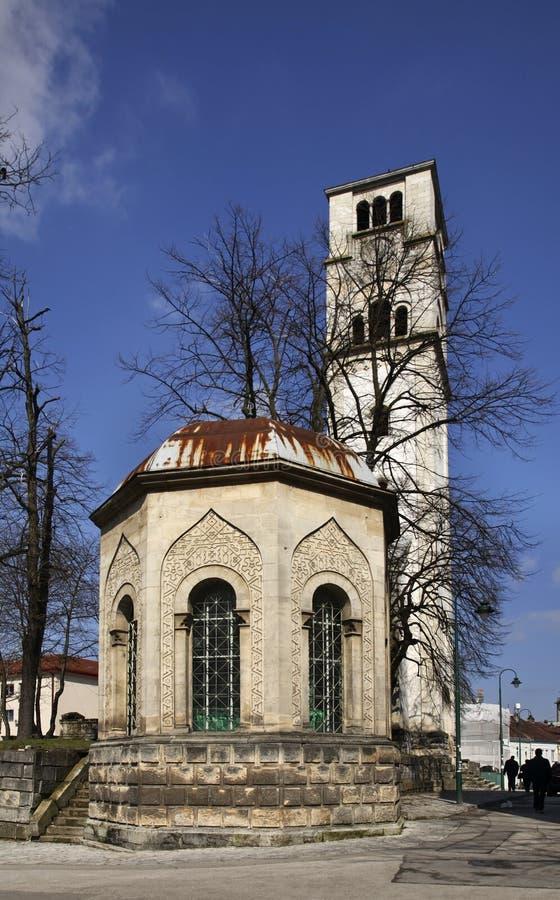 Ottomangravvalv och kyrka av för —klocka för St Antun torn (den Sahat kulaen) i Bihac stämma överens områdesområden som Bosnien royaltyfri bild