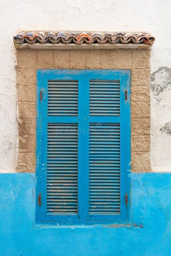 Otturatori blu della finestra su una casa nel Medina di Essaouira Marocco immagine stock libera da diritti